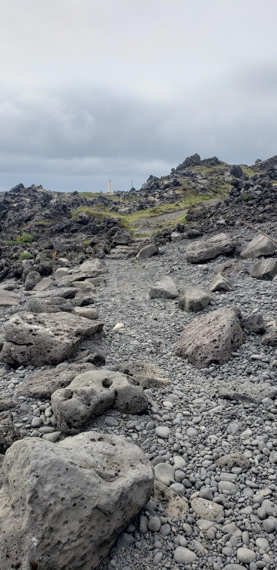 Dæmi um strandstíg þar sem fjörugrjót er nýtt til að afmarka gönguleið