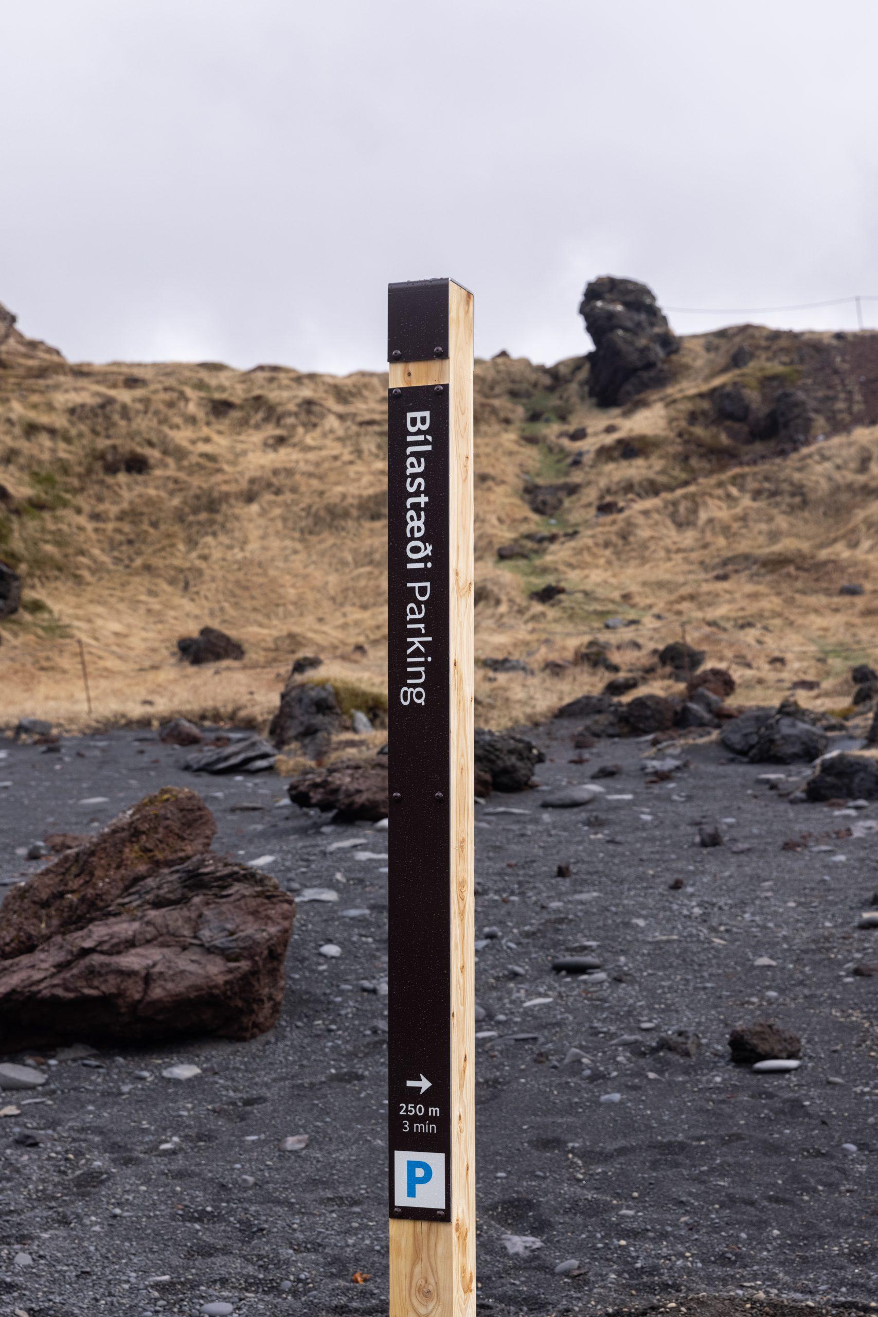 Stærri vegviti, með auka upplýsingum um gönguleið