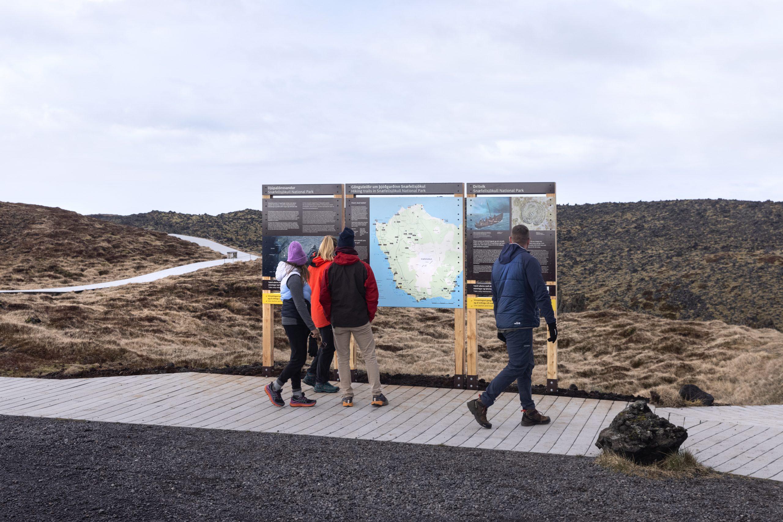 Gestir við Djúpalón kynna sér svæðið á skiltum Vegrúnar